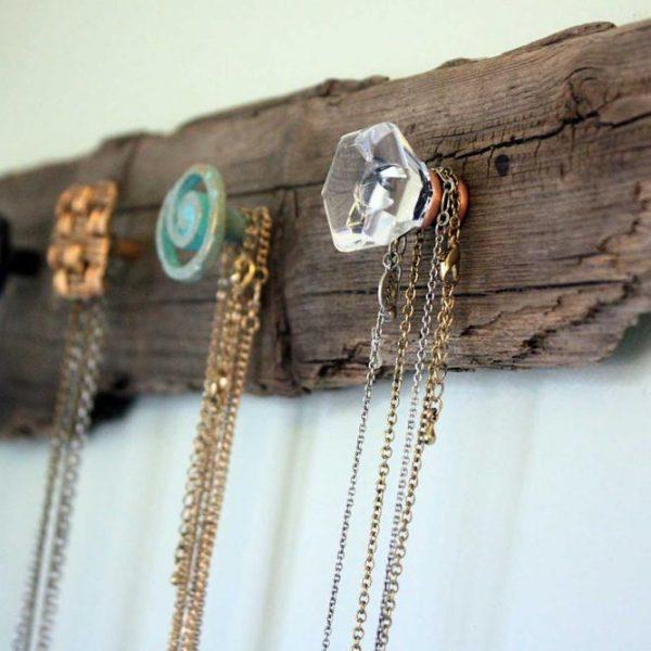 Um pedaço de madeira desprezado vira cabideiro de bijouxs!