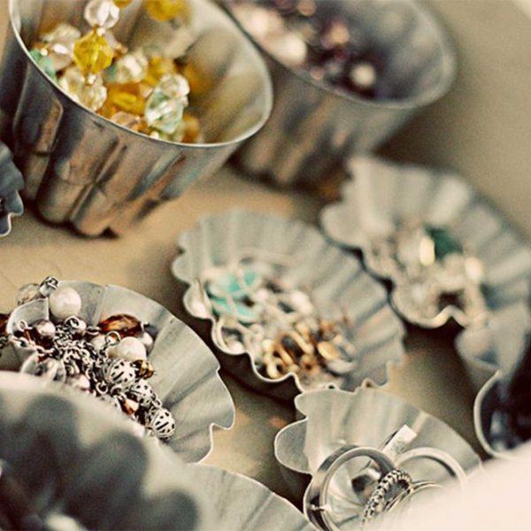 Aquelas forminhas que você não usa muito/nada, ficam bem originais como suporte de bijuterias. Aposte no diferente!