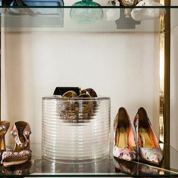 """Arrumar até os sapatos mais legais em """"cristaleiras"""" ou armários de vidro é super bacana e moderno."""