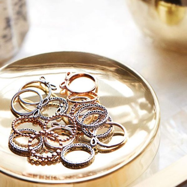 O pratinho dourado faz par perfeito com os anéis.