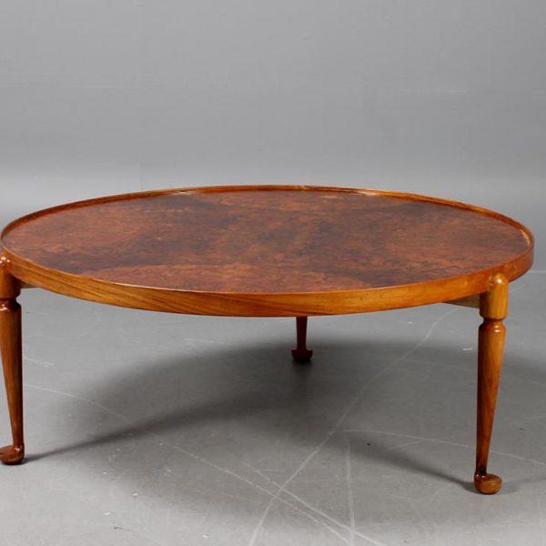 O desenho simples e sinuoso de Frank na mesa de centro em madeira, ainda comercializada.