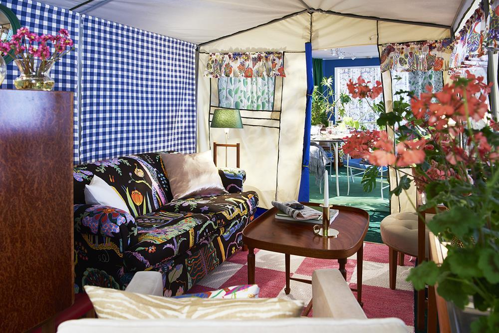 Ambiente montado com peças de Josef Frank.