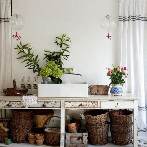 Também super importante em casas de campo, um lugar onde seja possível selecionar/lavar frutas e flores colhidas na hora.