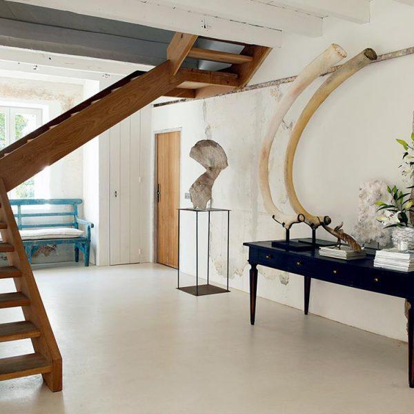 A madeira é um dos materiais mais presentes na decoração da casa de campo de Quesada.