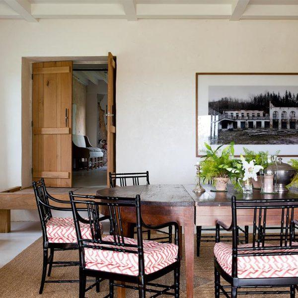 No jantar, mesa italiana do século XVIII da Favorita. Cadeiras  da década de 1970 e fotografia de Juan de Sande.