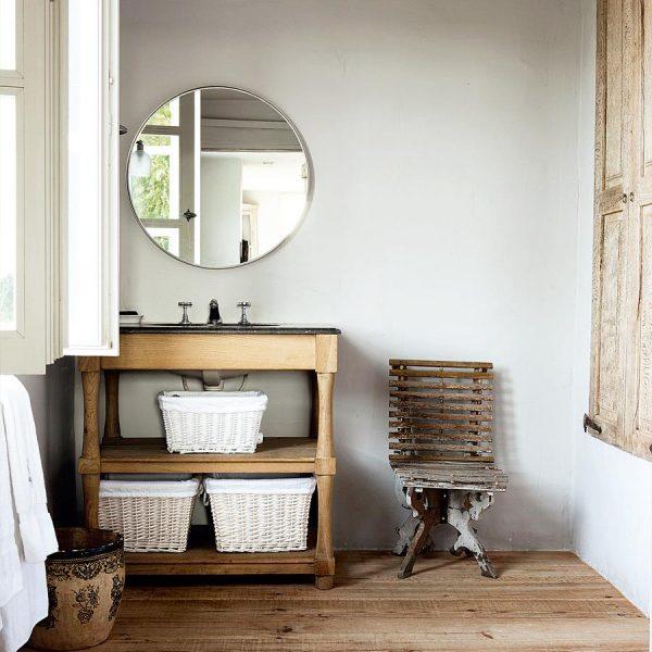 O banheiro da filha recebeu cinza nas paredes, mobiliário rústico, espelho Ikea e armários com portas de carvalho.