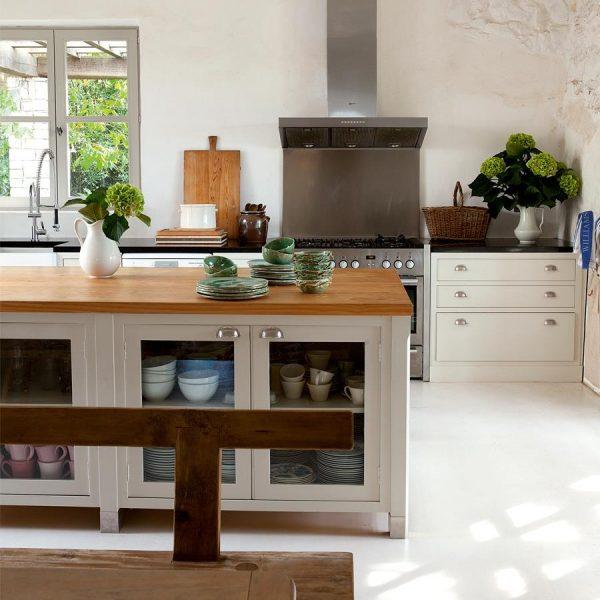 Isabel aprecia a mistura do branco com a madeira, e fez uso da combinação em sua casa na França.