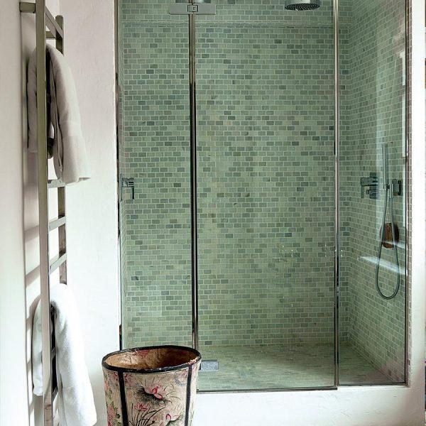 Ainda no banheiro do casal, chuveiro com pastilhas de mármore. Simples e chique.
