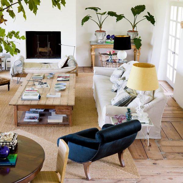 À direita da lareira, console do século XVIII. As plantas, sempre exuberantes, são essenciais para definir a alma da decoração.