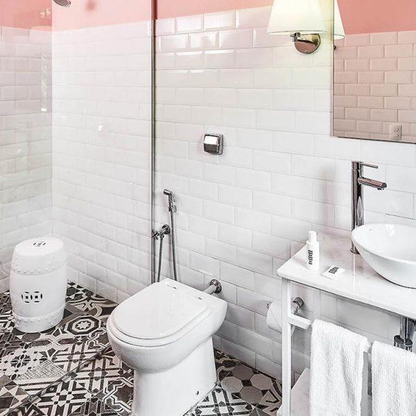 Experimente pintar a parte superior do seu banheiro de uma cor mais diferente. O bom é que o espaço é pequeno e você pode variar sempre que enjoar.