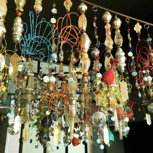 Aqui está! Feito de peças de bijuterias e quinquilharias várias! Adorei!!