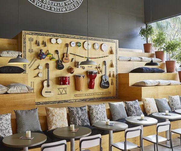 Instrumentos para samba fazem as vezes de adorno!