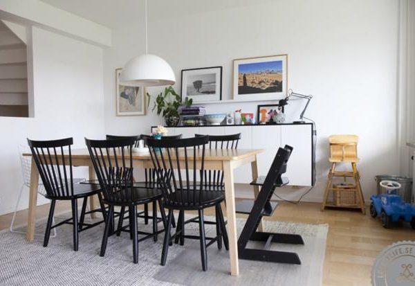 Cadeiras estilo Shaker fazem par com a mesa de madeira clara.