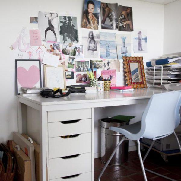 Mobiliário branco no escritório.