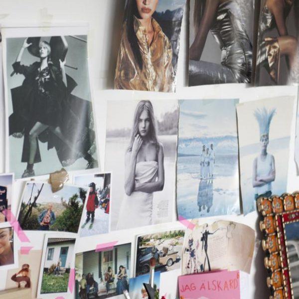 Detalhe da parede sobre escrivaninha da estilista e blogueira Mia.
