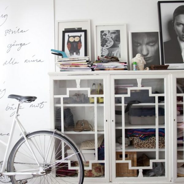 Com referência art deco, o móvel branco ajuda a organizar.