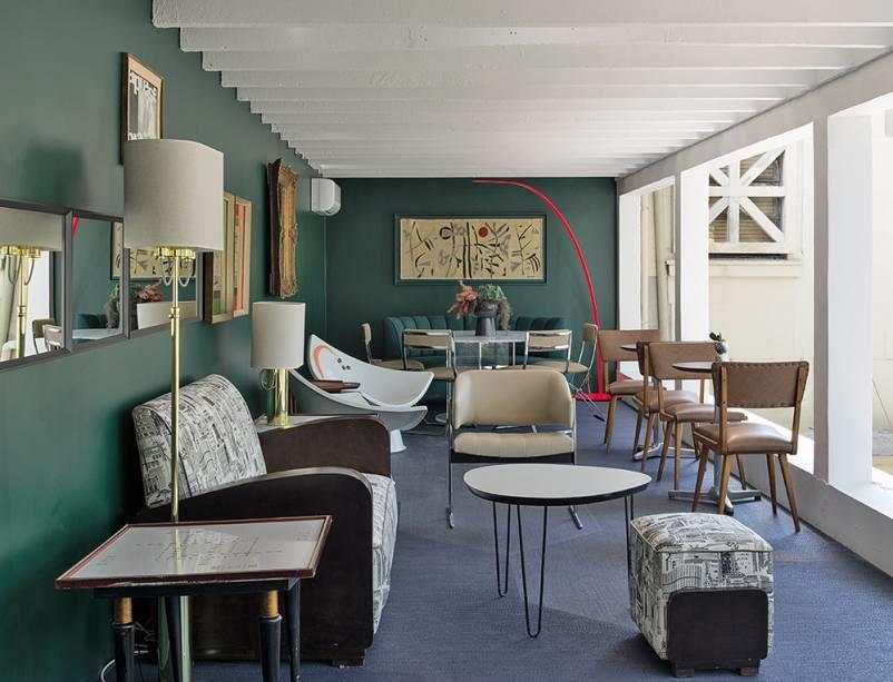 Bar do Terraço por Gustavo Jansen. A seleção de mobiliário foi acertadíssima e o espaço ficou maravilhoso