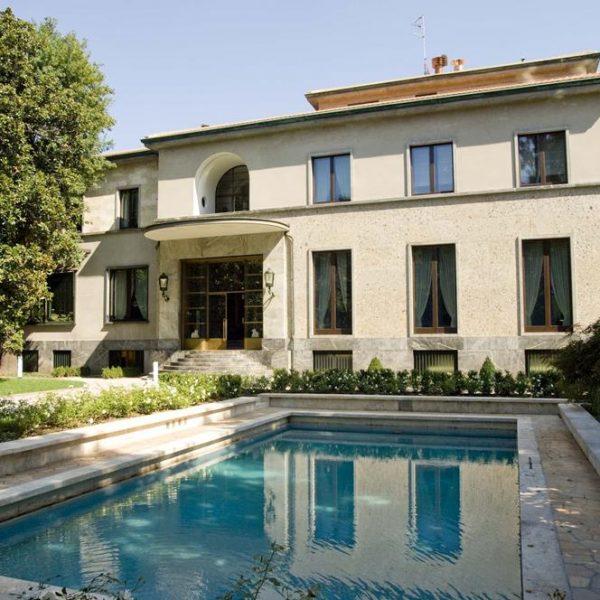 O arquiteto Piero Portaluppi incluiu uma piscina no projeto, o que não era muito comum na época