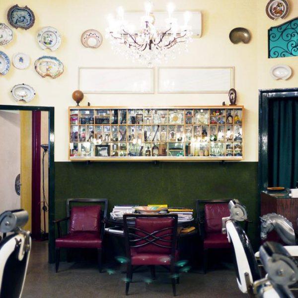Os pratos na parede fizeram composição autêntica e pessoal