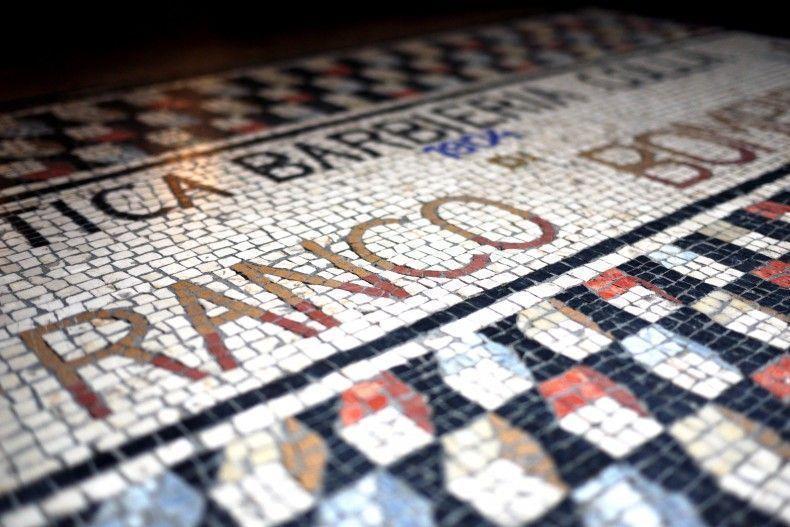 O mosaico na entrada, lindo e antigo