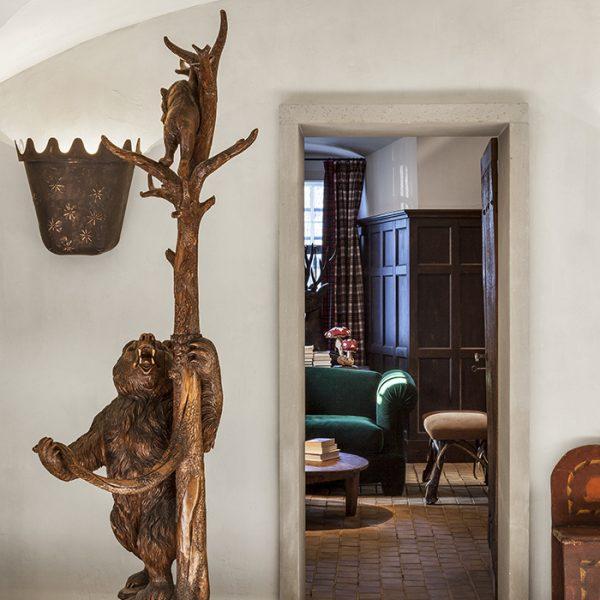 """Na entrada, cabide """"urso"""" do século XIX. Lindo"""