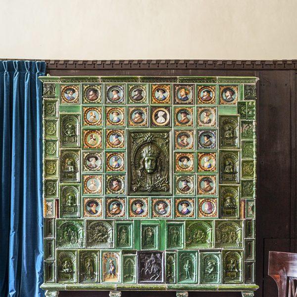 O fogão impressionante de azulejos, que sempre esteve lá, traz efígies dos duques da Baviera
