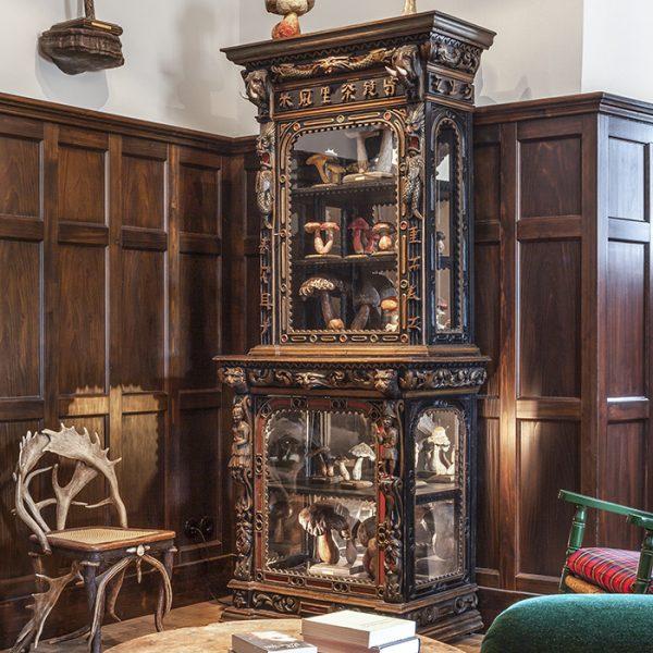 """A coleção crescente de cogumelos esculpidos fica abrigada no buffet que pertenceu ao rei da Bélgica, Leopoldo II. Sem dúvida um belo exemplo de mobiliário """"exótico"""" do século XIX"""