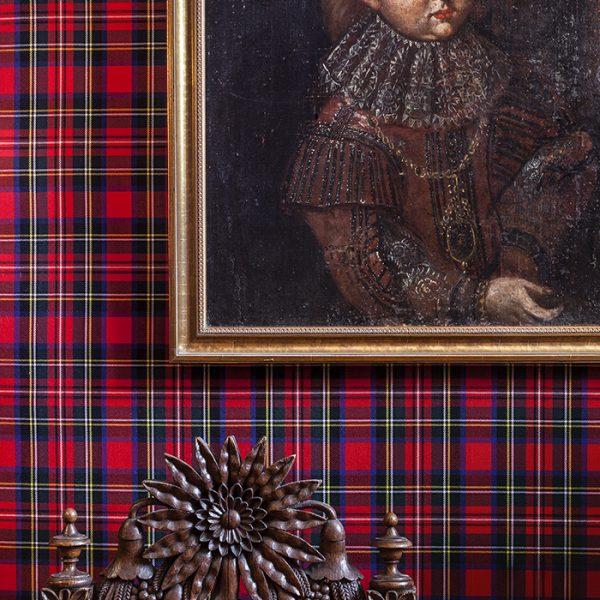 """Este pequeno quarto foi projetado por Gert Voorjans em honra à Rainha Victoria. Ela, que amava a Escócia, é lembrada no """"tartan"""", padrão escocês que reveste as paredes. A cadeira é acervo do proprietário"""