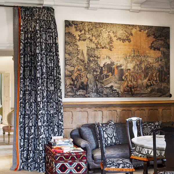 No jantar, mesa em mármore e cadeiras que já pertenciam ao proprietário italiano. A tapeçaria foi encontrado atrás de uma parede do castelo. As almofadas de tecido e cortinas são criação de Voorjans