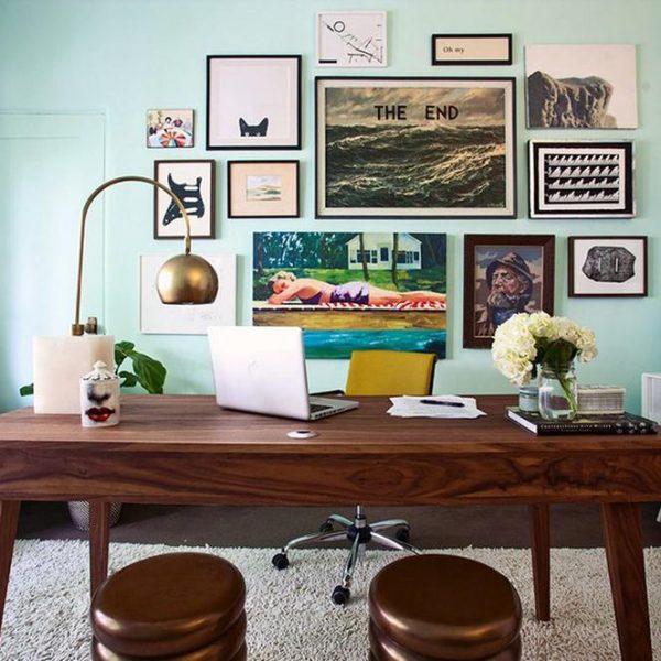 Obras na parede deixam o ambiente mais leve. Observe que bonito a porta pintada da mesma cor da parede. Adoro esta solução.