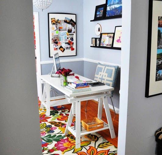 Um pequeno quarto transformado em escritório, muito feminino e elegante