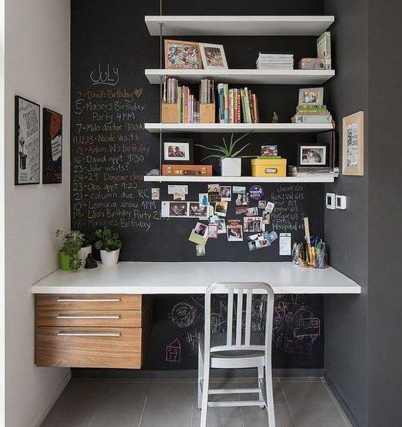 Um nicho pode acomodar com conforto seu escritório com o auxílio de prateleiras