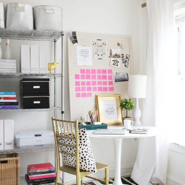 Uma mesa auxiliar, que também pode ser a de jantar, acomoda um escritório desmontável, já que a principal peça é o computador