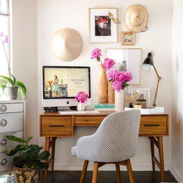 No quarto, quadros e objetos especiais, além de flores, suavizam a mistura de trabalho + sono + prazer, que deve ser evitada