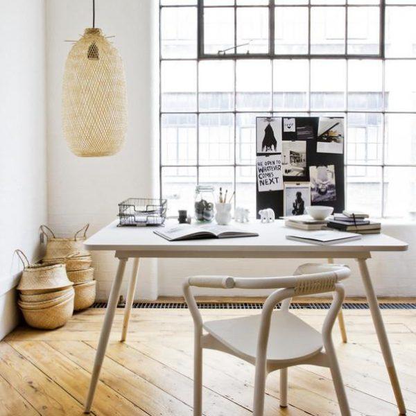 A mesa de jantar funciona como escritório em um período do dia