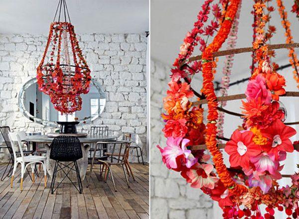 O pendente enfeitado com flores traz humanidade/aconchego à decoração