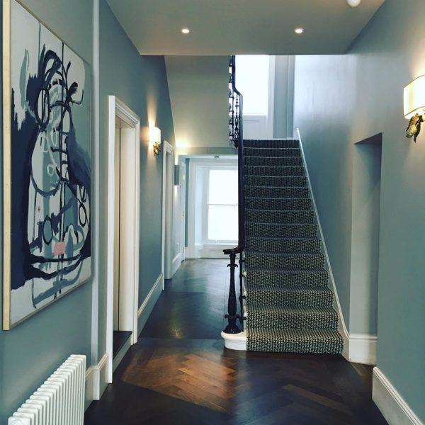 O hall azul, uma cor elegante e ao mesmo tempo feliz