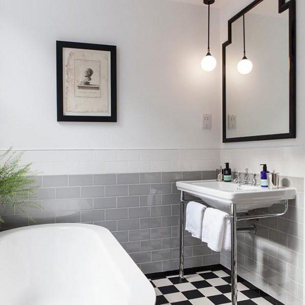 O P&B + cinza aparece no banheiro dos quartos, que recebe, assim como outros ambientes do hotel, arranjo verde, super legais e de menor custo. Solução especialmente feliz em países de clima quente como o nosso. Invista na ideia