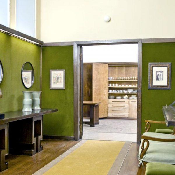 O verde é trazido para dentro de casa. Na galeria, obras de arte
