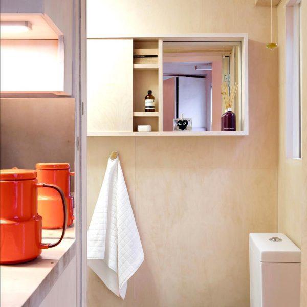 O banheiro, nos mesmos tons e materiais