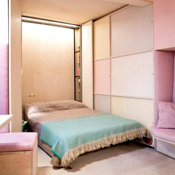 A cama acomoda duas pessoas, e durante o dia fica recolhida, liberando espaço