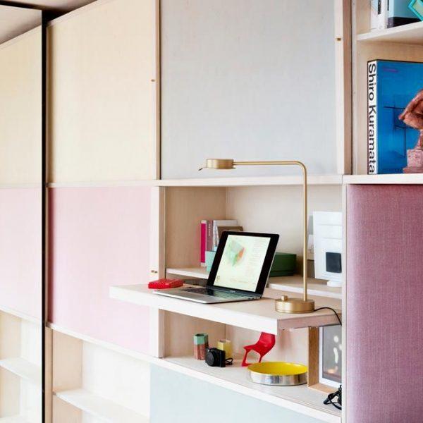 Diferentes cores e formatos na estante tiram a impressão de que a casa é só armários