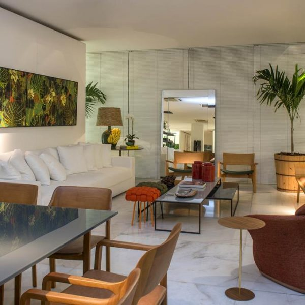 Luis Fernando Grabowky faz uso de materiais tropicais no living para a mostra de decoração