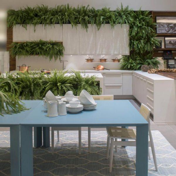 A cozinha de Claudia Brassaroto para a Florense, repletas de samambaias