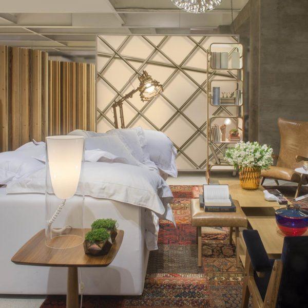 Laura e Cristina Bezamat apostam em sofá branco, super tropical