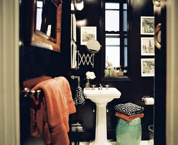 Banheiro mais que lindo! Observe que o espelho pantográfico substitui um espelho convencional, já que nao há espaço suficiente. Ótima dica.