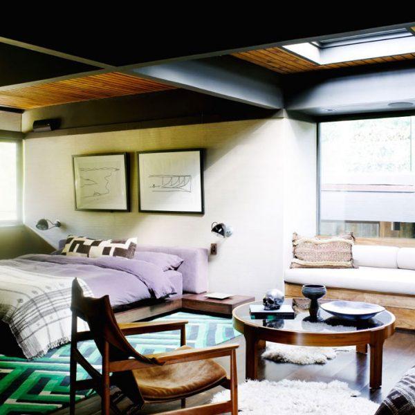 O tapete verde ilumina o quarto