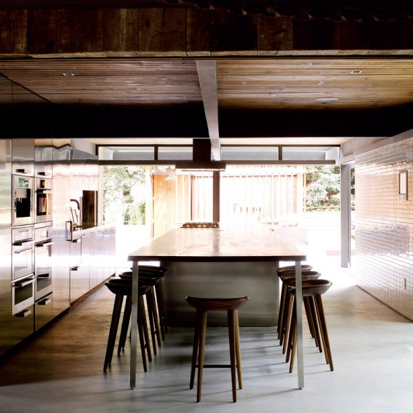 A ilha central abriga fogão e acomoda os convidados do proprietário