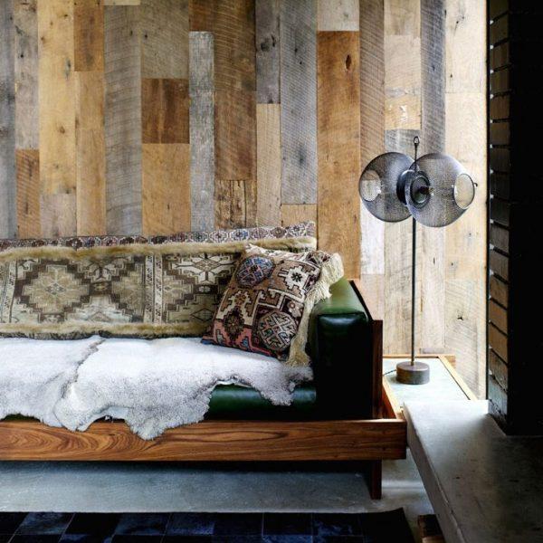 Pamela Shamshiri, responsável pelo projeto, revestiu as paredes de carvalho, em total harmonia com o entorno