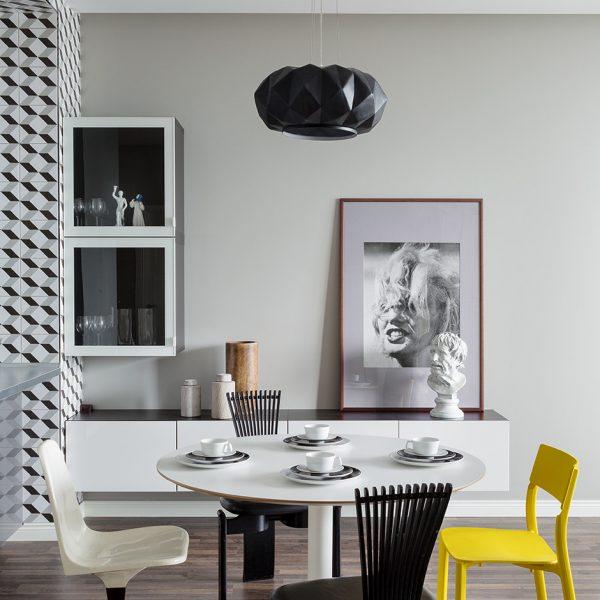 No jantar, mesa e buffet Ikea, cadeira preta Totem, projeto Thorstein Nielsen de 1980. À esquerda, cadeira Gautier, linda, dos anos 1950